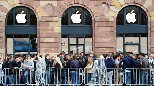 Hundreds wait to buy the new Apple iPhone 5
